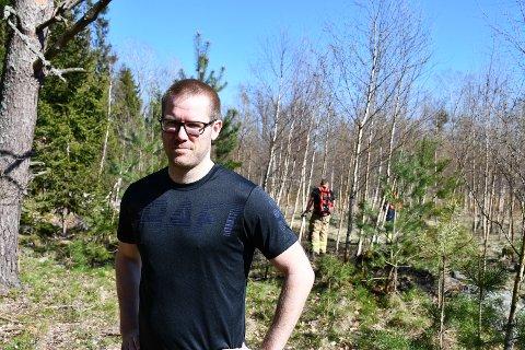 DRAMATISK TRENINGSTUR: Det var ikke uten grunn at Lars Ljosland ble litt ekstra svett under joggeturen. I bakgrunnen ser du brannvesenet drive med etterslukking.