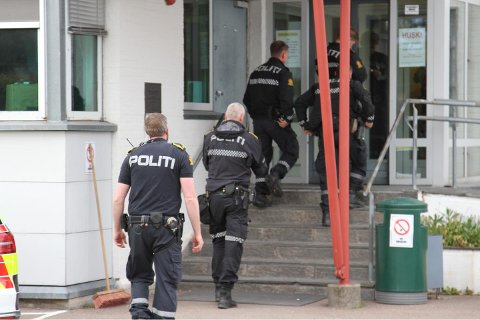RYKKET UT: Store politistyrker rykket ut for å roe ned situasjonen på Sem fengsel tirsdag ettermiddag.
