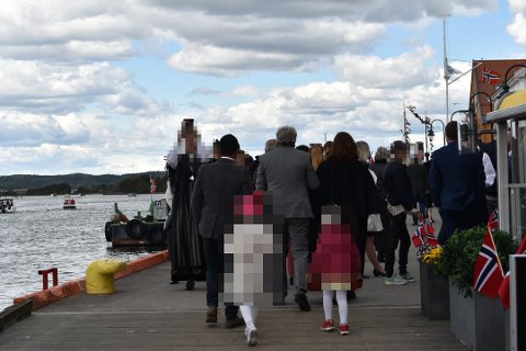 TETT: Folk på Brygga hadde ikke en meter mellom seg rundt 13.00 i dag.
