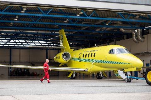 STATE-OF-THE-ART: Sjefspilot Trond Stenehjem fra Nøtterøy, som her er i gang med å inspisere det spesialutrustede ambulanseflyet, forteller at Cessna-jetflyet er så avansert utrustet at det bidrar til å redde liv.