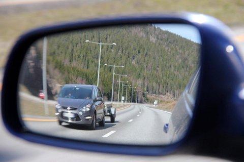 REAGERER: Flere reagerer på bilister som bryter fartsgrensa med tilhenger på motorveien. Kjører du med henger med brems, får du ikke kjøre fortere enn 80. Dette er et illustrasjonsbilde, og TB understreker at bilen på bildet har ingen tilknytning til denne saken. Illustrasjonsfoto: Hege F. Dahle/Sande Avis