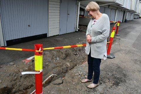 HER SKJEDDE TABBEN: Mathilde Jacobsen ser på den ødelagte TV-kabelen. Siden 11. mai har hun og mannen vært uten TV-signaler.