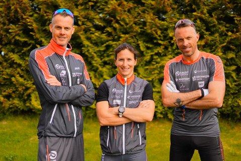 STJERNESIGNERING: Marit Bjørgen skal gå for langløpslaget Team Ragde Eiendom i 2021. Her med lagets eiere Jørgen (t.v.) og Anders Aukland under presentasjonen tirsdag.