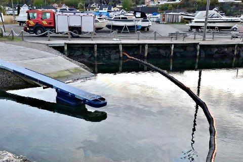 BLÅSKINN: Brannvesenet fikk melding om forurensning i Arås båthavn tirsdag kveld.