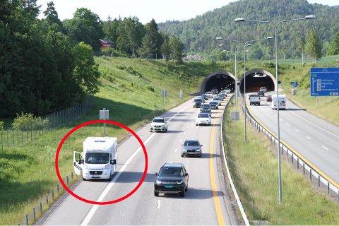 SKAPER KØ: Her står bobilen på siden av veien, mens en politibil sikret kjørefeltet. Bak står bilene i kø for å komme forbi.