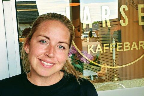 KAKENE GÅR UNNA: Linda Larsen Vassbotn selger flere kaker enn hun hadde regnet med på nyåpnede Kafe Larsen i Tjøme sentrum.