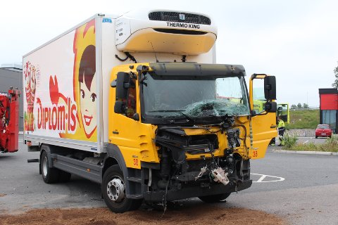 KRAFTIG SMELL: Isbilen fikk seg en kraftig smell da den kjørte inn i en lastebil.