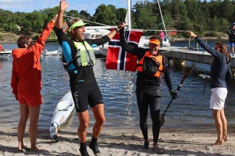 I MÅL: Per Bergsjø (til venstre) og Truls Aabol kunne slippe jubelen løs lørdag kveld etter 24 timers padling.