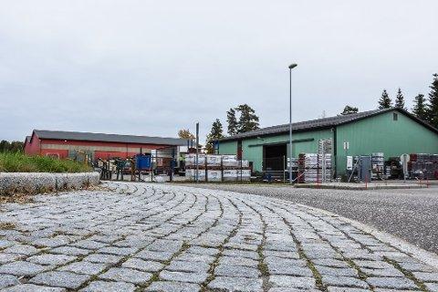 LAGER: I dag ligger Maxbos lager og et høvleri på tomten sør-øst for rundkjøringen på Ilebrekke. Neste år kan det være et nærsenter her med dagligvarebutikk, apotek og frisør.