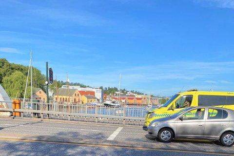 MÅTTE VENTE: Ambulansen kom med blålys fra Tønsberg mot Nøtterøy, men på Kanalbrua sa det stopp. Det får Paolo Joaquim til å reagere.