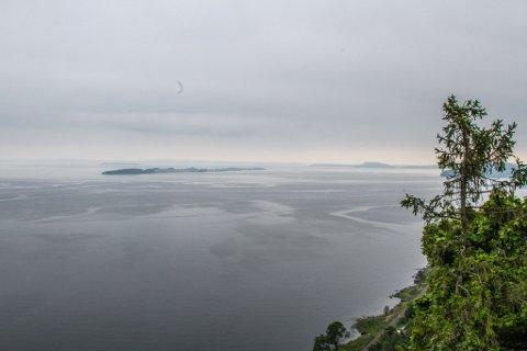 Slik så det ut i Oslofjorden i 12-tiden lørdag ettermiddag. Bildet er tatt fra fjellet i Holmestrand.