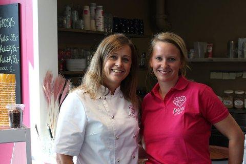 NY KAFÉ: Karin Gamst (til venstre) og daglig leder Nicole Hagen er klare til å ta imot kunder i den nye kafeen på Revetal.