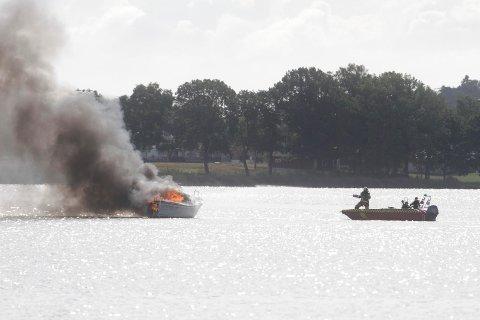 Fritidsbåt med en person ombord tok fyr ikke så langt fra Ørsnes brygge.