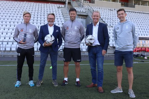MED PÅ LAGET: Q4 Næringsmegling, representert ved Trond Stenholt (til venstre) og Geir Holland, liker det Per Egil Swift (til venstre), Ronny Johnsen og Daniel Hov i FK Eik Tønsberg har på gang.
