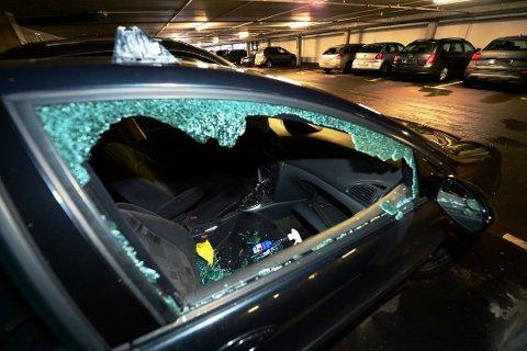 HÆRVERK: Alle ni bilene som sto parkert i parkeringshuset ved Re-Torvet natt til 27. november i fjor fikk rutene knust. Nå er en 26 år gammel mann tiltalt.