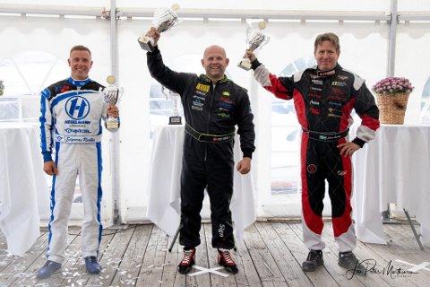 SMILER BREDT: Frode Sundsdal (i midten) fikk med seg mange pokaler hjem denne helgen. Her flankert av Johan Österberg (t.h) og Edgaras Riabko (t.v)