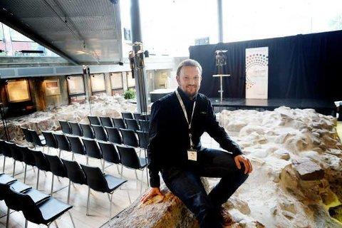 FÆRRE STOLER ENN FØR: Arrangementsansvarlig ved Tønsberg og Færder bibliotek, Aslak Larsen, gleder seg igjen til å kunne invitere arrangementspublikummet tilbake til blant annet ruinene i underetasjen.