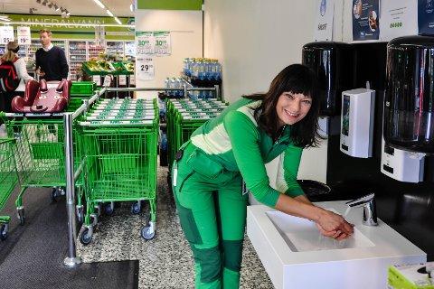 TRYGG HANDLING: Butikksjef Inger Lian foretrekker selv å vaske hendene. Nå gir hun kundene samme mulighet.