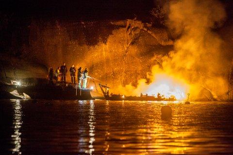 BRANN: Her jobber brannvesenet med å slukke brannen i tresnekka.