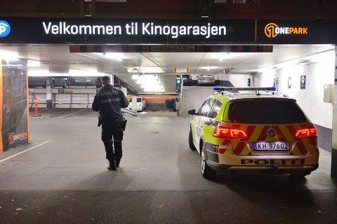 KNIVDREPT: Det var i dette garasjeanlegget i Drammen at Tønsberg-mannen i 50-årene ble drept 22. oktober 2019. Onsdag forklarte den tiltalte 39 år gamle nevøens samboer seg i Drammen tingrett.