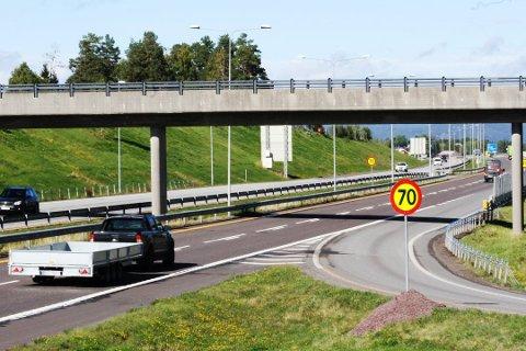 De neste ukene kan E18 mellom Holmestrand og Tønsberg bli stengt på kort varsel. Hastigheten i nordgående retning ved Kopstadkrysset er satt ned til 70 km/t, og slik vil det være fram til 2022. Foto: Rolf-Martin Hansen