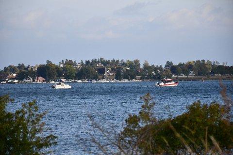 FOR EGEN MASKIN: Her seiler båten videre, etter å ha fått hjelp av redningsskøyta.