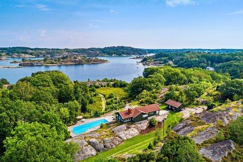 SOLGT: Denne eiendommen i Paradisbukta på Tjøme lå ute til salgs for 18 millioner kroner - med 300 meter strandlinje. Mandag ble den solgt.