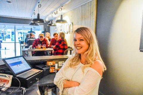 FORNØYD: Apollon-driver Emma Ystebø, her avbildet før gjenåpningen. Nå har hun enda større grunn til å smile, med doblet omsetning på gode dager.