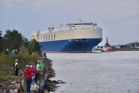 SØSTERSKIPET: Det 232 meter lange bilfrakteskipet «Morning Lily» har møtt på problemer langs ruta til Drammen. Bildet er av søsterskipet, «Morning Lady», som passerte Svelvikstrømmen i mai.
