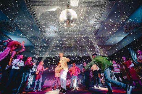 MODERNE TIDER: Som en del av den historiske byvandringen, leverte et knippe Extend-dansere heftig disko på Klubben.