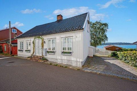 GIKK FORT: Kun dager etter visning ble huset i Nordbyen solgt. Huset ser lite ut fra gateplan, men bare vent til du ser fasaden mot sjøen.