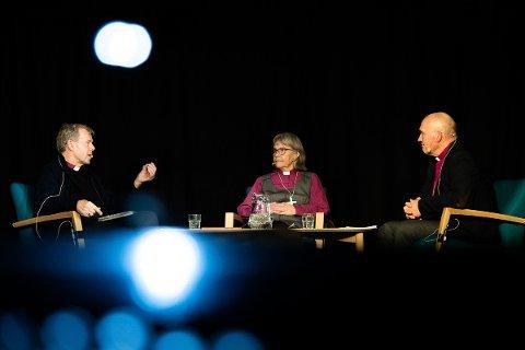 """PODKAST: I første episode av """"Tune in Tunsberg"""" samtaler biskop Jan Otto Myrseth (til høyre) med de to foregående biskopene i Tunsberg, Per Arne Dahl og Laila Viksaasen Dahl"""