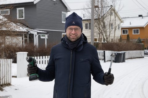 KAN HAMRE LØS: Kommunal- og moderniseringsminister Nikolai Astrup (H) åpner nå opp for at folk kan ta hammer og drill i bruk til sommeren og bygge høyere terrasser og mindre påbygg uten å søke kommunen.