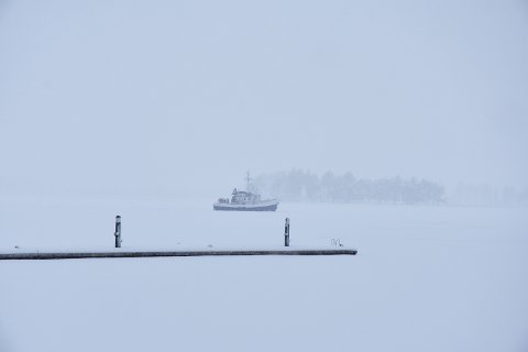 BARE IS: Det er ikke rart folk tror «Ingeborg Platou» står fast i isen. Båten har stått stille i mange timer, med bare is rundt seg.