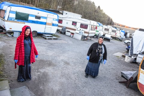 BRANNSIKKERHET: Rådmannen mener det ikke lenger er forsvarlig å opprettholde leiren med campingvogner og bobiler, blant annet på grunn av brannsikkerheten. Bildet er tatt i forbindelse med en tidligere sak. Fra venstre: Diana Ginea og Miclesco Gheorghita.