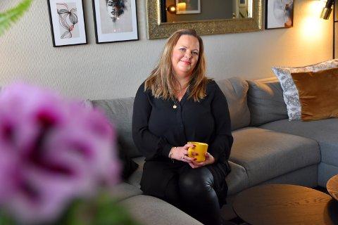 PÅ UTKIKK: Camilla Mobakk (46) ble permittert fra sin drømmejobb og er nå på jakt etter en ny jobb, etter at nasjonale korona-restriksjoner har satt kulturlivet på pause.