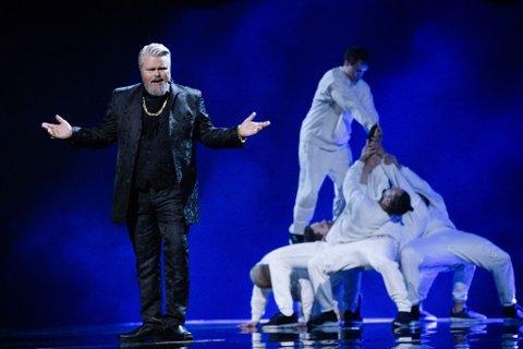 PÅ SCENEN: Rein Alexander fremfører låten «Eyes Wide Open» under generalprøven før finalen i Melodi Grand Prix 2021. Foto: NRK / NTB
