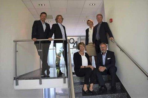 GJØR DET SKARPT: Med nær 90 eiendomssalg kunne daglig leder Ola Larsen (bak t.v.) Rune Tveiten, Rikke Wataker, Geir Holland, Cathrin Janås (foran t.v.) og Trond Stensholt notere seg for solid omsetningsvekst i 2020.
