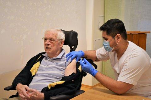 FØRSTEMANN UT: Jan Emil Berg (82) på Bjønnesåsen bo- og aktivitetssenter var den aller første i Færder som mottok koronavaksinen. De første vaksinene ble satt 6. januar.