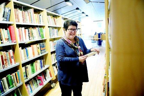BESTILL OG HENT: Bilblioteksjef Tone Moseid står klar nå til å plukke bestilte bøker ut bibliotekets hyller.