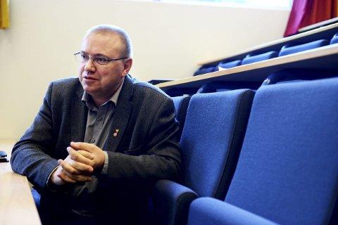 FRYKTER FLASKEHALS: Arve Høiberg (Ap) sier det haster med å finne en løsning for hva som skal skje med planovergangen i Halfdan Wilhelmsens allé. Det er uakseptabelt for Tønsberg hvis bommen her i fremtiden skal gå ned åtte ganger i timen, mener han.