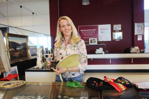 TAKKNEMLIG: Daglig leder Eva Christine Stordal i Vaffel & Vintage er takknemlig for gaven fra nabobutikken. Nå håper hun andre i samme situajson vil hjelpe dem. Bildet er tatt ved en tidligere anledning.