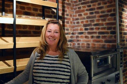 FÆRRE KUNDER: Helene Lange på Marcussen bakeri i Stokke Senter fortviler fordi mange tror at hele senteret er stengt. – Folk kan fortsatt ta påskehandelen hos oss, sier Lange.