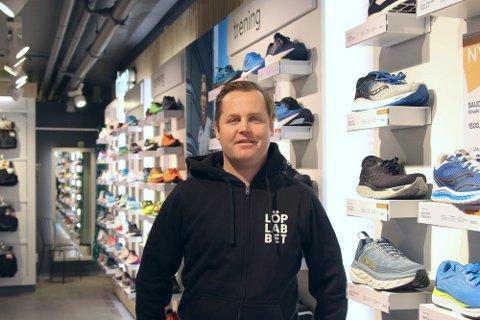 POPULÆRT: Butikksjef Ivar Husby i Löplabbet er godt fornøyd med oppstartsåret. – Lansering av nye merkesko har vært populært. Folk står til tider i kø for å få kjøpe de nyeste løpeskoene på markedet, sier Husby.