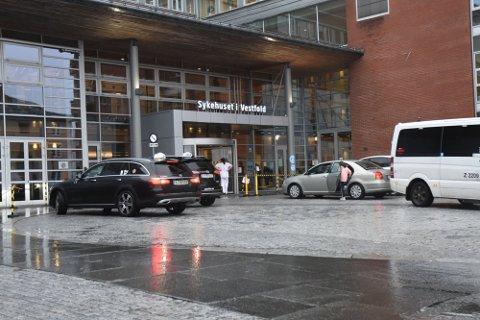 SMITTE: En ansatt ved sykehuset er smittet med koronaviruset. 15 ansatte er satt i karantene.