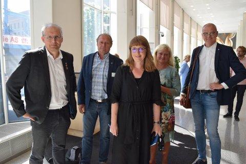 ÅTTE MÅNEDER SIDEN: Etter møtet 24. juni ifjor var statssekretær Ingelin Noresjø (KrF) (i midten) enig med kommune- og fylkespolitikerne om å møtes igjen i september for å avklare finansieringen av Bypakke Tønsberg-regionen. Men fylkesordfører Terje Riis-Johansen (Sp) (t.v.), varaordfører Steinar Solum (Sp) i Tønsberg, Tønsberg-ordfører Anne Rygh Pedersen (Ap) og Færder-ordfører Jon Sanness Andersen (Ap) må leve i uvisshet i nye tre uker etter at dagens avtalte møte ikke ble noe av.