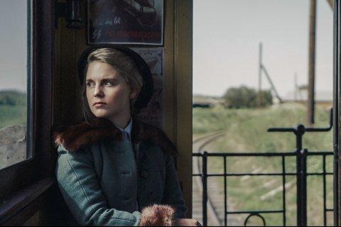 """MOTSTANDSKVINNE: Det er Julie Christensen fra Mosjøen som portretterer motstandskvinnen Liv Grannes (Sjøberg) i Fredrik Horn Akselsens siste dokumentar, """"Nordlands Jeanne d'Arc""""."""