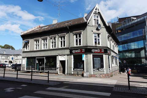 FRA 1902: Både historiske og miljømessige hensyn tilsier at Stoltenbergs gate 6 bør få stå og bli del av utvidelsen av Farmandstredet, mener fylkeskommunen.