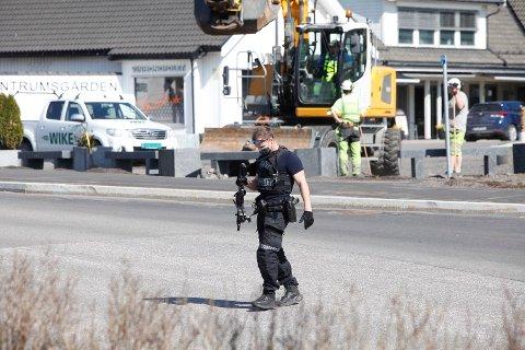 Politiet var bevæpnet med ett- og tohåndsvåpen i forbindelse med aksjonen mandag.