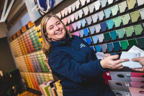 FARGEGLAD: Butikksjef og interiørkonsulent Veronika Smidsrød har de siste 12 årene hjulpet tusenvis av kunder med fargevalg i hjemmet sitt.